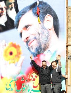 ملصق للرئيس الايراني في مدينة كرج غربي طهران (الرئاسة الايرانية ــ أ ف ب)