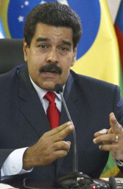 تتهم المعارضةُ الحكومة باستخدام العنف في مواجهة المتظاهرين (أ ف ب)