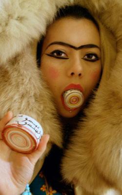 «فرو» لهاديه شافي (طباعة رقمية على ورق ــ 2009 ــ إيران)