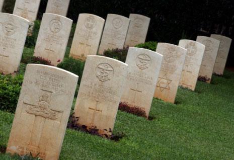 أمتار قليلة تفصل مقبرة منظمة التحرير الفلسطينية عن «المدافن العسكرية» في قصقص. الأمتار قليلة ولكن الفارق شاسع بين من رصّت أجسادهم فوق بعضها بعضاً وآخرين ناموا في أبديتهم بـ»أناقة».