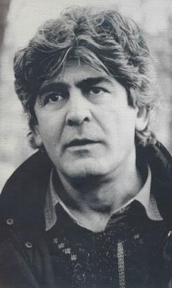 سركون بولص في باريس 1990 (بالاذن من «منشورات الجمل»)