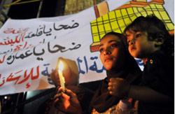 مصريون خلال تظاهرة ضد الحكومة لمسؤوليتها عن أحداث الدويقة أول من أمس (م. أحمد - أ ب)