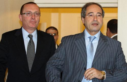 نائب وزير الخارجية السوري فيصل المقداد يرافق فيلتمان بعد لقائه المعلم في دمشق أمس (لؤي بشارة ــ أ ف ب)