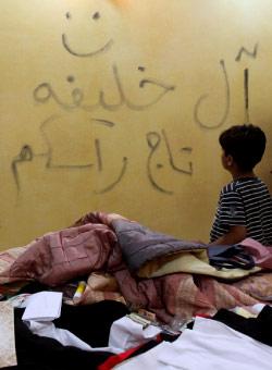 منزل بحريني في بني جمرة داهمته القوات الأمنية ليلة أمس (حسن جمالي ــ أ ب)