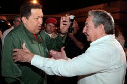 راوول كاسترو مستقبلا تشافيز في هافانا مطلع الشهر الحالي (رويترز)