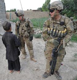 جنديان أميركيان في قرية صباري بإقليم خوست شرق أفغانستان (تيد ألجيبي ــ أ ف ب)