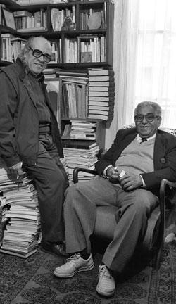 بدر الديب مع إدوار الخراط في مكتب الأخير في الزمالك (القاهرة) ــ 1993 (تصوير: نبيل بطرس)