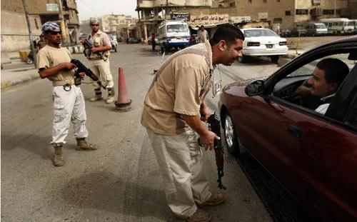حاجز تفتيش لمجلس «صحوة» بغداد في الأوّل من الشهر الجاري (أحمد الربيعي ــ أ ف ب)