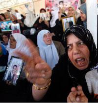 فلسطينيات يتظاهرن لاطلاق سراج أسراهم في السجون الإسرائيليّة في غزة أمس (صهيب سالم - رويترز)