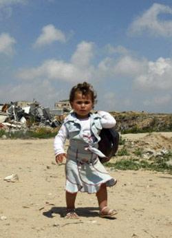 طفلة فلسطينية في مخيم جباليا المدمر الشهر الماضي (محمد عبد - أ ف ب)