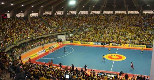 صالة «جيناسيس نيليو دياس» في ناتال احتضنت 10 آلاف متفرج في المباراة الأولى بين منتخبي البرازيل ونجوم العالم (جوزيه ريبيرو)