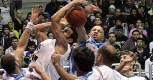 صراع على الكرة بين ستة لاعبين في لقاء الحكمة والشانفيل (برو فوتو)