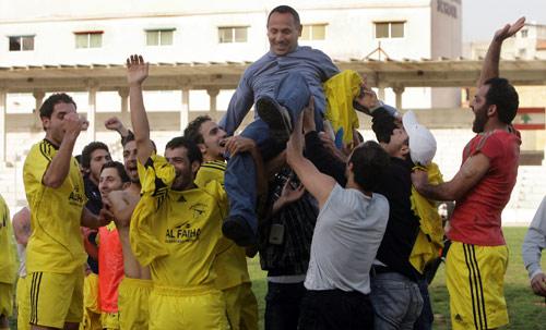 لاعبو السلام صور يحملون مدربهم إبراهيم دهيني احتفالاً بصعودهم إلى الدرجة الأولى (مروان بو حيدر)