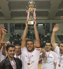 كابتن الندوة محمد سعيّد يرفع كأس الصالات (عدنان حاج علي)