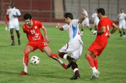 غدّار في الوسط يحاول تخطي لاعب بحريني