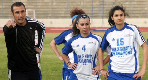 لاعبات الصداقة مع المدرب خليل اثناء التمرين أمس على الملعب البلدي (بلال جاويش)