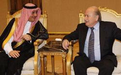 بلاتر مجتمعاً بالأمير سلطان في الرياض أمس (أ ف ب)