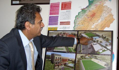 الدكتور محمد الصادقي موضحاً خريطة المشاريع التنموية في لبنان