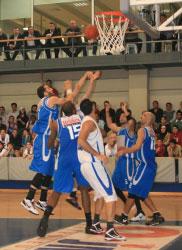الخطيب يحاول التسجيل وسط مجموعة من اللاعبين (فريد بو فرنسيس)