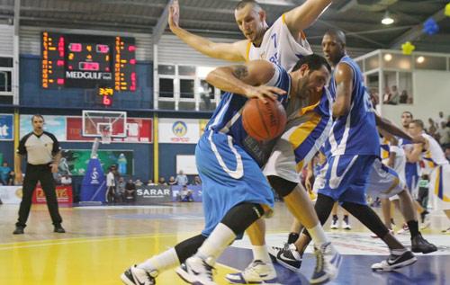 قائد الشانفيل فادي الخطيب يحاول تخطي لاعب الرياضي جو فوغل في اللقاء الأخير (بلال جاويش)
