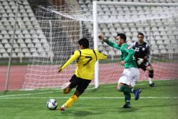 لاعب العهد حسن معتوق يسدّد على مرمى الأنصار في مرحلة الذهاب (أرشيف ــ حسن بحسون)