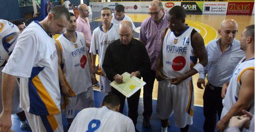 لاعبو الرياضي مع المدرب فؤاد أبو شقرا (مروان طحطح)