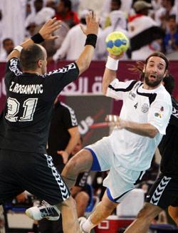 لاعب السد اللبناني زوران يحاول التصدي للاعب السد القطري باليتش