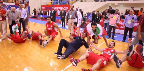 لاعبو مهرام يحتفلون بالفوز (عدنان الحاج علي)