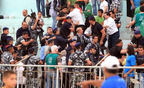 قوى أمنيّة تفضّ مشكلاً بين الجمهور المتسلّل في نهائي كأس لبنان على ملعب طرابلس (بلال جاويش)