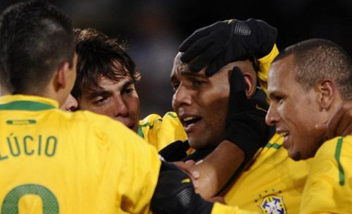 مايكون يتلقى التهنئة من زملائه بعد تسجيله الهدف الأول للبرازيل (فابريس كوفريني ــ أ ف ب)