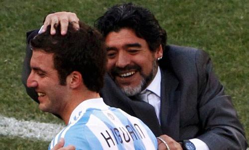 مارادونا مهنئاً هيغوين بعد تسجيله ثلاثية للأرجنتين (دافيد غراي ــ رويترز)