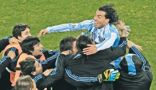 تيفيز محتفلاً بتسجيله الهدف الثالث للأرجنتين (حسن عمار ــ أ ب)