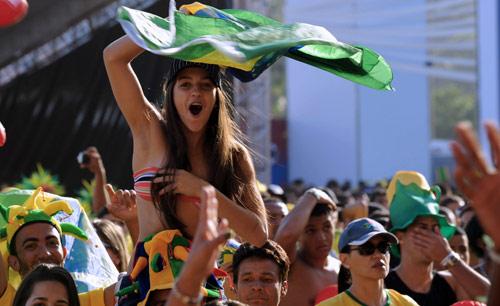 مشجعة برازيلية تحتفل بأحد اهداف منتخب بلادها في ريو دي جانيرو (فاندرلي ألميدا - أ ف ب)