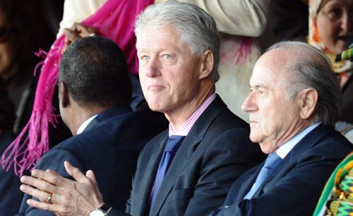 الرئيس الأميركي الأسبق بيل كلينتون مصفّقاً وبدا إلى جانبه رئيس «الفيفا» جوزف بلاتر (هوانغ نام ـ أ ف ب)