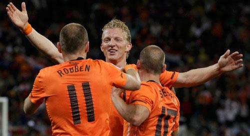 روبن يحتفل مع زميليه سنايدر وكويت بعد تسجيله الهدف الثالث (باولو وايتيكر ــ رويترز)