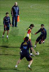 دل بوسكي مراقباً لاعبي إسبانيا أثناء التمارين (أ ب)