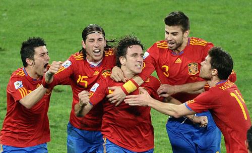 بويول محتفلاً مع زملائه بعد تسجيله هدف الفوز (جويل ساماد ــ أ ف ب)