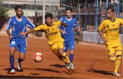 لاعب العهد علي بزي يتقدم بالكرة تحت أنظار مدافعين من الإخاء (عدنان الحاج علي)