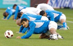 لاعبو أوزبكستان في تدريب أمس (جو بونغ هاك ــ رويترز)