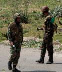 حاجز للجيش السوري عند أحد مداخل مدينة درعا (حسين ملاـ أ ب)
