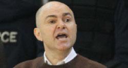 فقد المدرب فؤاد أبو شقرا أعصابه نتيجة الأخطاء التحكيمية في الربع الأول