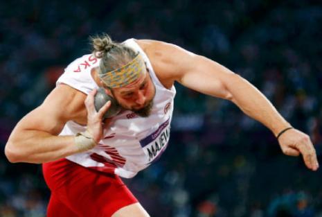 البولوني توماش ماييفسكي بطل الكرة الحديدية (رويترز)