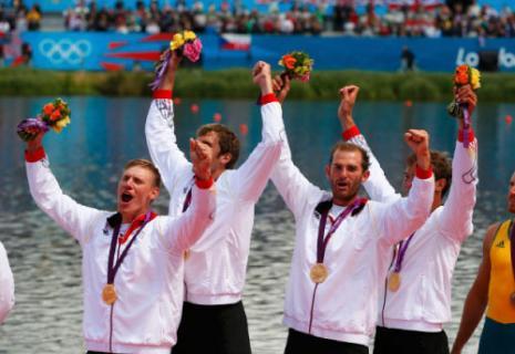 الفريق الألماني الفائز بذهبية الرباعي بمجذافين (رويترز)