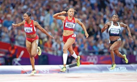 أليسون فيليكس عقب اجتيازها خط النهاية لسباق 200م وإلى جانبها مواطنتها جيتر (ديلان مارتينيز ــ رويترز)