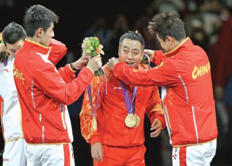 الفريق الصيني يحتفل بتتويجه بذهبية الكرة الطاولة (أ ف ب)