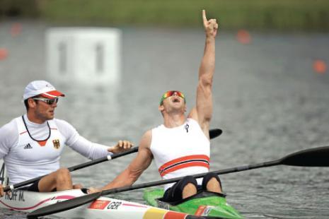 النروجي لارسن يحتفل بذهبيته الأولمبية (كريس تشارلسون ــ رويترز)