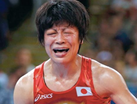 اليابانية أوبارا باكية عقب فوزها بذهبية المصارعة (رويترز)