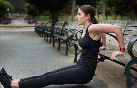 يساعدك جهاز Fitbit ان تبقى مرتاحاً أثناء أداء نشاطاتك اليومية