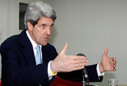 كيري خلال لقائه صحافيين في دمشق أول من أمس (باسم تلاوي ــ أ ب)