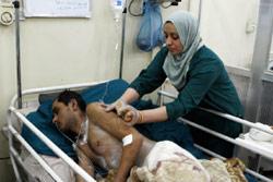 شرطي عراقي مصاب بتفجير بغداد أمس (عادل الخزلي ــ أ ب)